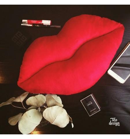 Подушка в форме губ